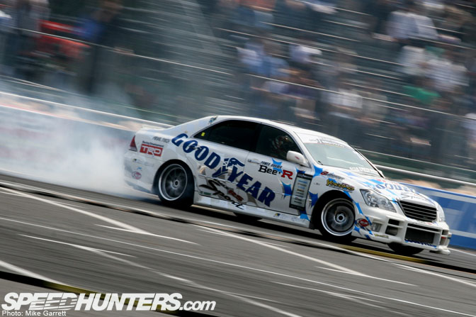 Car Feature>>bee*r Toyota Crown D1Machine