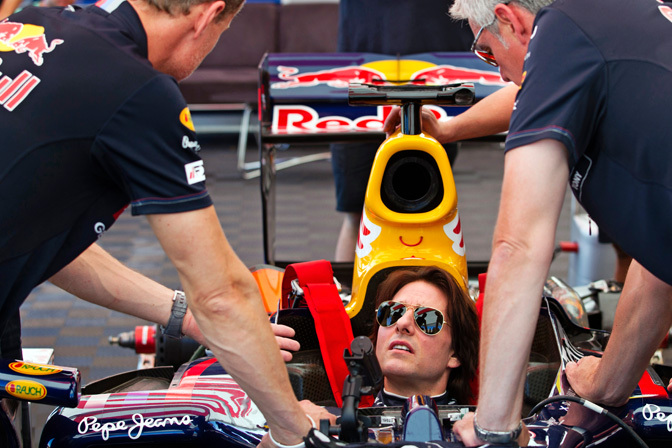 Gallery>> Tom Cruise Drives The Red BullF1