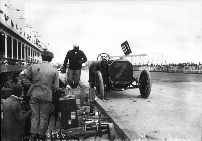 Vincenzo_Lancia_in_his_Fiat_at_the_1908_French_Grand_Prix_at_Dieppe_(2)