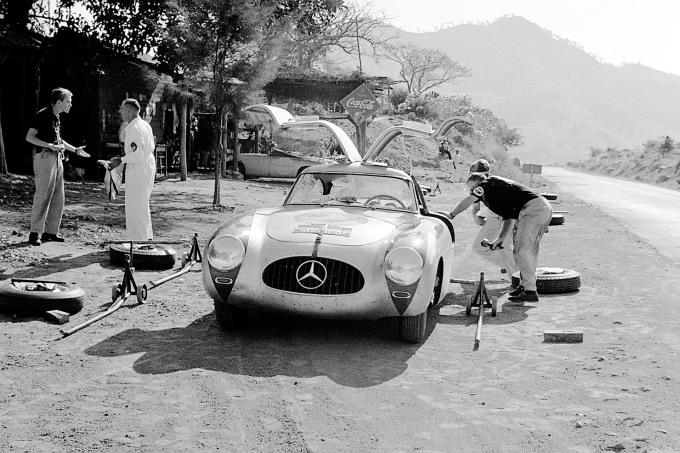 Caption orig.: III. Carrera Panamericana Mexico, 1952. Eines der vielen Reifen-Hilfsdepots die Mercedes-Benz auf der Strecke eingerichtet hatte. Service-Stop auf der ersten Etappe von Tuxtla Gutierrez nach Oaxaca. Das Siegerteam Karl Kling / Hans Klenk (v